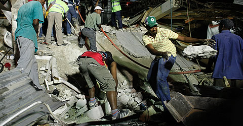 Haitians searching for earthquake victims